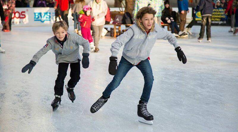 Rodzinne wyjście na łyżwy potrafi dostarczyć wiele frajdy, ale także wpływa pozytywnie na rozwój fizyczny dziecka.