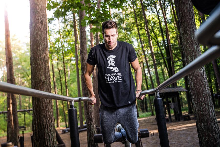 Dipy - czyli jedno z popularniejszych ćwiczeń, dzięki któremu możemy rozbudować mięśnie klatki piersiowej.