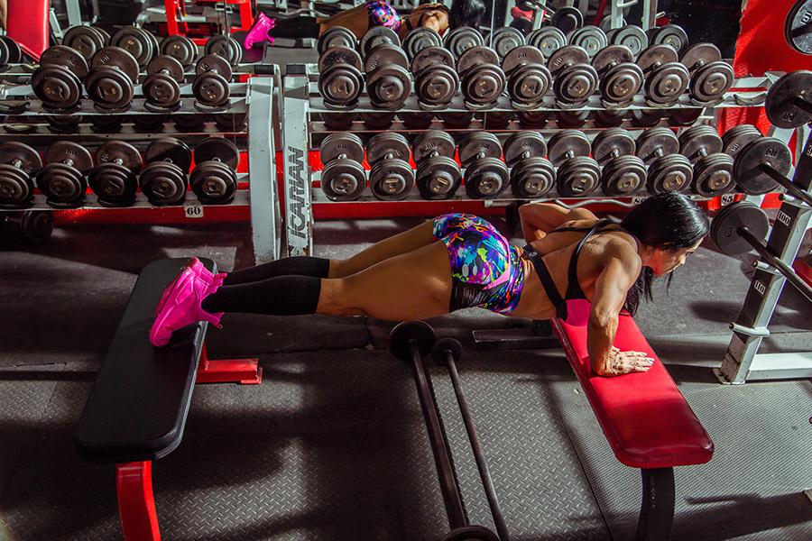 Jest wiele rodzajów pompek - możemy trenować różne partie mięśni w zależności od ułożenia ramion.