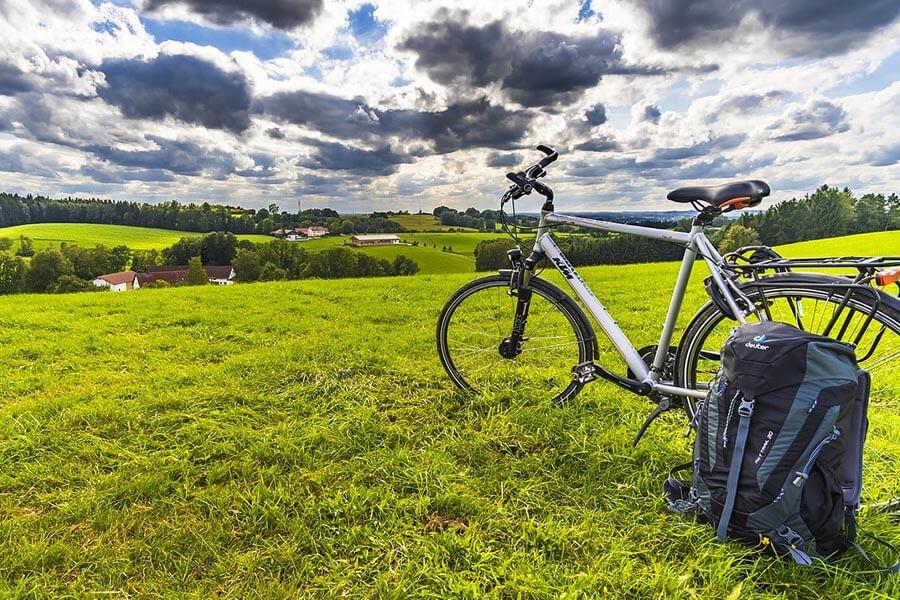 Rower trekkingowy (również trekingowy) to rower turystyczny, na kołach zazwyczaj 26 lub 28 cali, służący do poruszania się po drogach utwardzonych oraz asfalcie.