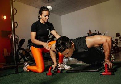 Uchwyty do robienia pompek pomagają prawidłowo wykonywać ćwiczenia oraz urozmaicają trening.