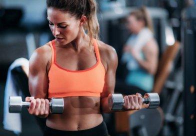 Ćwiczenia na biceps, które możemy wykonać w domu, wymagają zazwyczaj niezbyt zaawansowanego sprzętu - np. hantli.