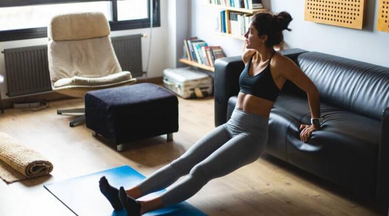 Różnego rodzaju dipy z oparciem o kanapę lub krzesło to ćwiczenia na triceps bez sprzętu, które śmiało możemy wykonywać w domu.